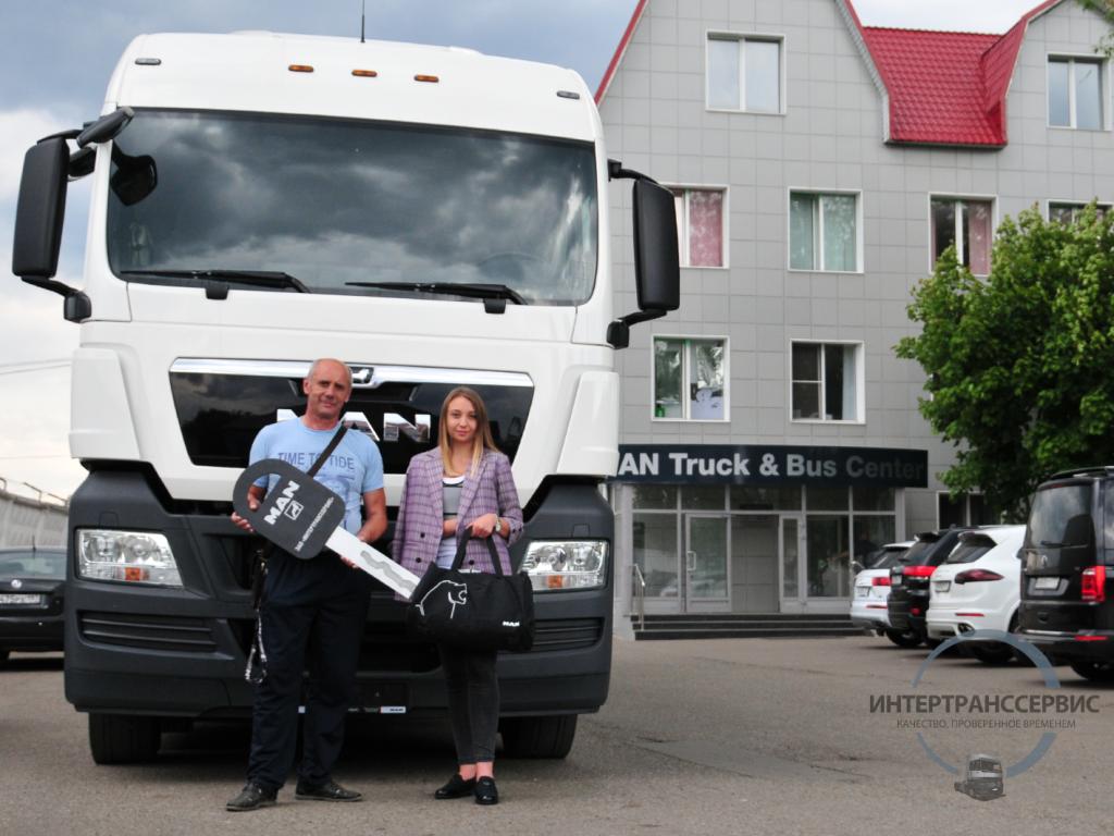 Сегодня мы передали ключи от нового MAN TGX 18.400 с полуприцепом KOGEL нашему постоянному клиенту.Водитель клиента стал обладателем фирменной кепки, куртки и сумки MAN из фирменного подарочного набора для водителя MAN от Интертранссервис.Мы ценим постоянство в выборе поставщика грузовой техники для бизнеса!Благодарим за выбор ООО